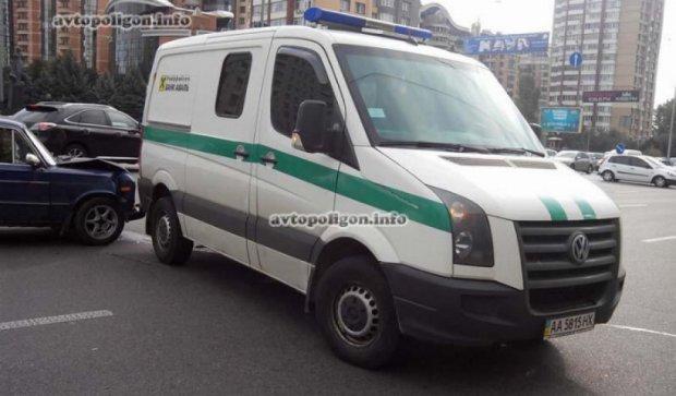 Инкассаторское авто протаранило ВАЗ в Киеве (фото)