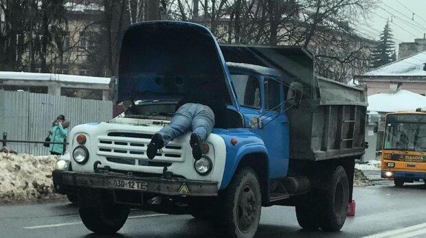 Ремонт машины, фото: Facebook