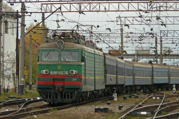 """В поезде """"Киев-Бердянск"""" на женщину рухнула полка вместе с пассажиром, - 80 килограмм на голову"""