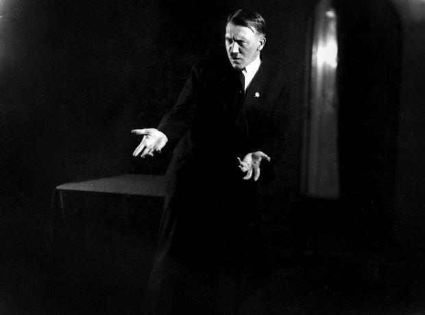 Показали рідкісні знімки Гітлера: як фюрер готувався до виступів