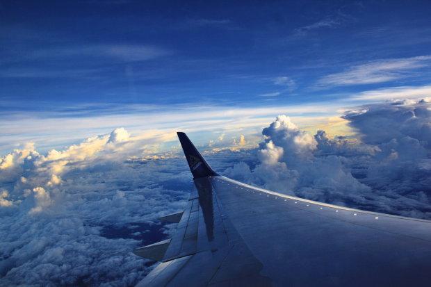 Ісуса Христа на прогулянці по хмарах зняли з вікна літака: відео