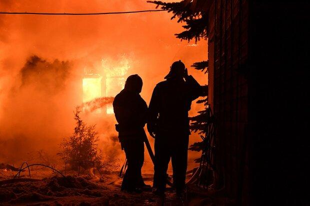 Дерев'яний готель спалахнув, як факел: вогонь перекинувся на ресторан, людей намагаються врятувати