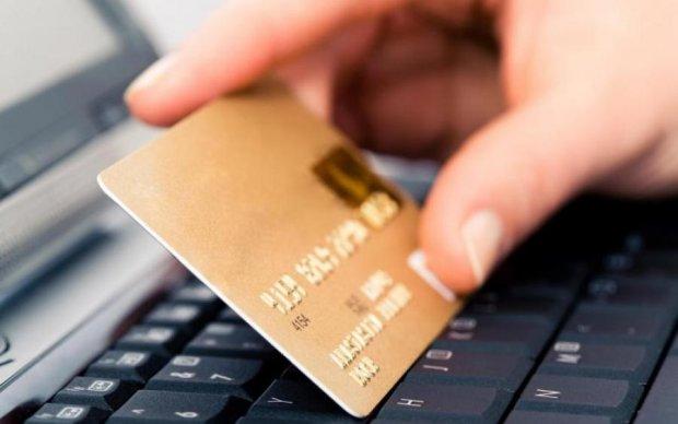 З карток Приватбанку масово зникають гроші, люди в паніці