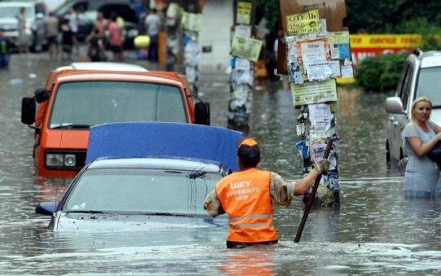 Годзилла прошлась: в Киеве из-за дождя целая улица ушла под землю