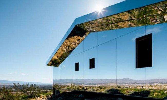 Американець перетворив будинок на міраж в пустелі