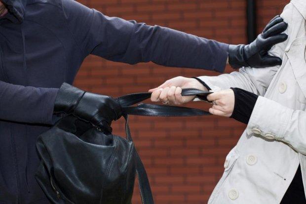 Не на ту нарвались: женщина отобрала у грабителя его же сумку