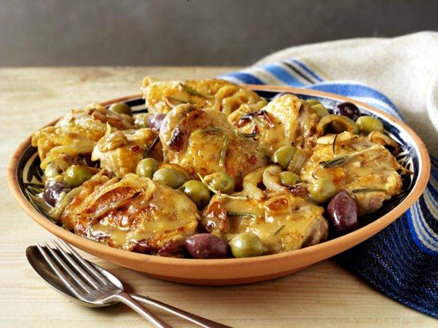 Пикантный рецепт тушеной курицы с фенхелем и оливками