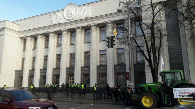 """Выстроилась """"живая стена"""": толпа украинцев штурмует Раду из-за земельной реформы, эксклюзивные фото"""