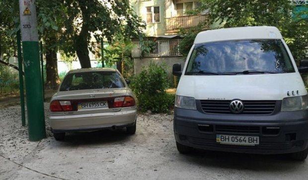 Наглые автомобилисты в Одессе закатали бетоном газон (фото)