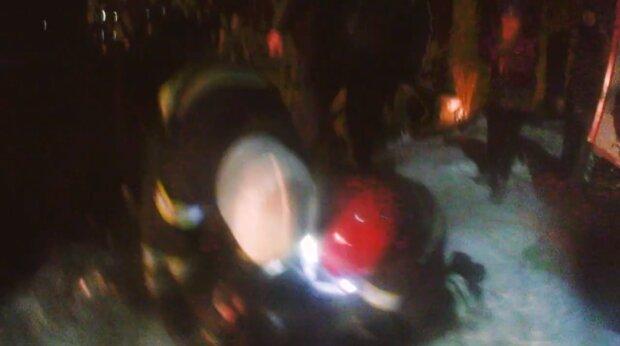 """Двое хмельнитчан оказались в жуткой ловушке, спасатели сделали все возможное: """"Умер, так и не очнувшись"""""""