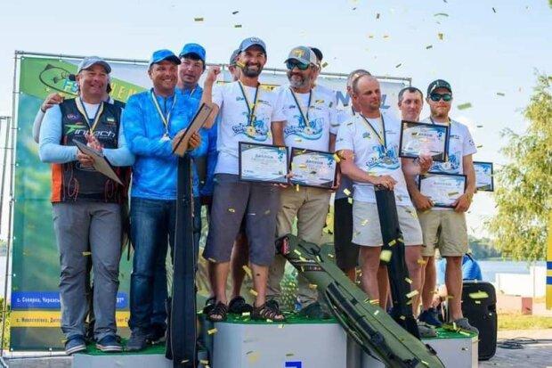 Рыбаки из Черновцов укротили гигантскую щуку и прославились на всю Украину