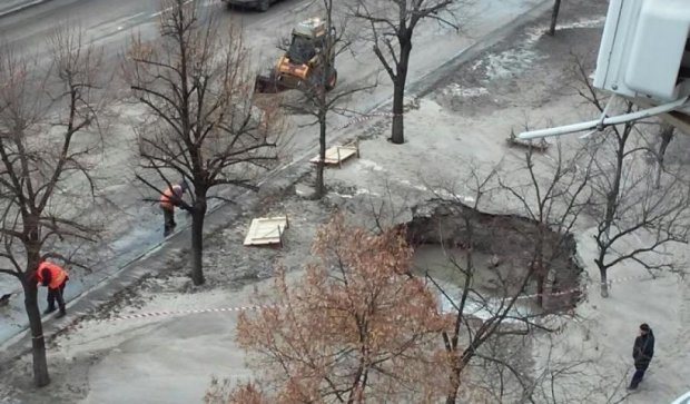В Киеве разорвало трубу - образовалось озеро (фото)