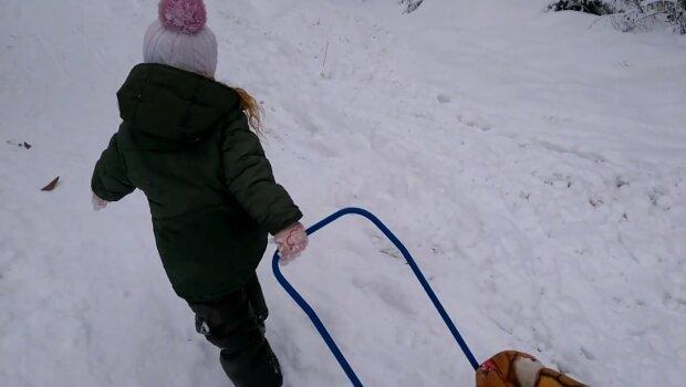Дитина везе санчата, скріншот відео