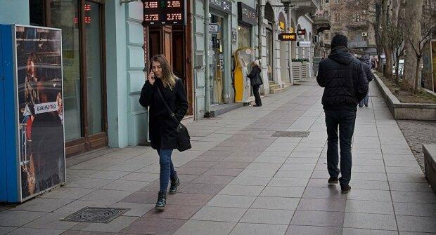 """Дикая выходка неадекватного киевлянина попала на видео: """"Влез на киевляночку, символизм зашкаливает"""""""