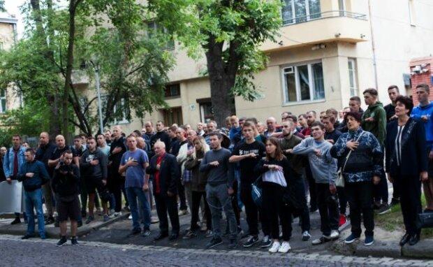 """Розлючені львів'яни оточили будівлю облради, крик відчаю почула вся Україна: """"Нас вбивають"""""""