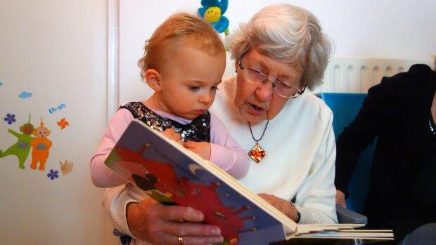 пенсіонерка з дитиною, фото Pxhere
