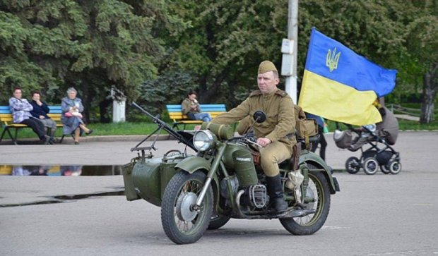 Київські реконструктори влаштували ретро-автопробіг  на Донбасі (фото)