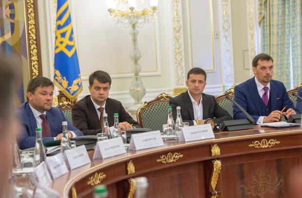 """Как украинцы относятся к Зеленскому, Разумкову и Порошенко: новый соцопрос расставил все точки над """"і"""""""