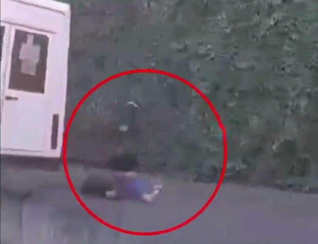 пассажир выпал из маршрутки / скриншот из видео