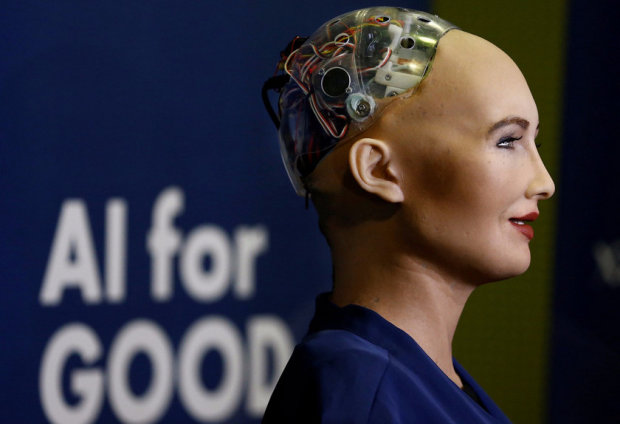 """""""Любов може нас об'єднати"""": робот Софія зробила раптову заяву про Путіна та Бога"""