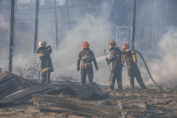 У Києві після потужного вибуху будинок охопило полум'я: столицю заволокло чорним димом