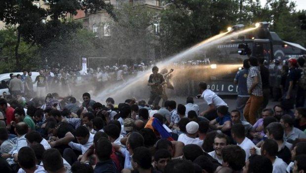 Ереван в огне революции: даже церковь поддержала опозицию