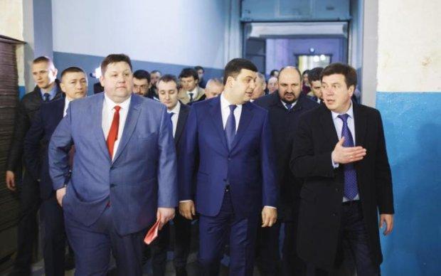 Два года у корыта: как изменились министры Гройсмана и их зарплаты