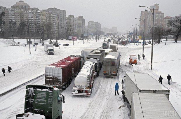 """Сніговий апокаліпсис: де та за скільки можна """"перевзути"""" авто"""