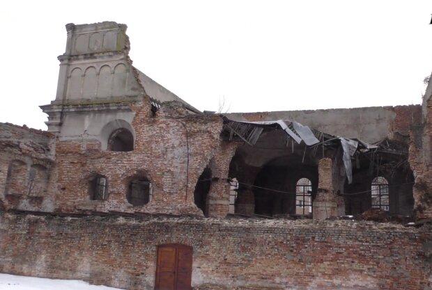 Стався обвал даху Бродівської синагоги, скріншот із відео