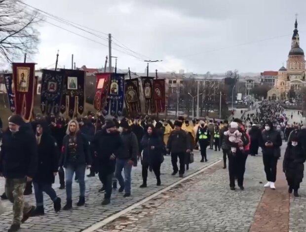 Карантин православным не писан: тысячи украинцев прошлись крестным ходом
