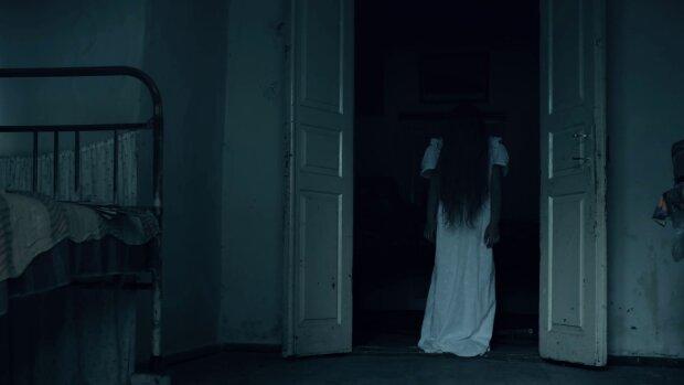Привид жінки ночами з'являвся маленькій дівчинці. Їй не вірили, поки самі не стикнулися