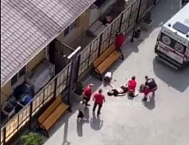 Хлопець випав з вікна в Одесі, скріншот з відео