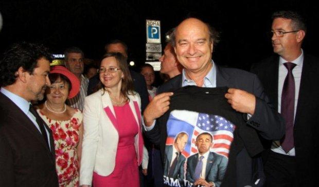 """Французский сенатор в Крыму купил футболку с надписью """"Обама, ты чмо"""""""