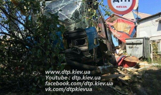 Трагічне ДТП в Києві: водій автобуса протаранив МАФ (фото)