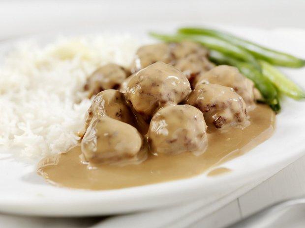 М'ясні тефтелі з рисом і білим соусом: простий рецепт на всі випадки життя