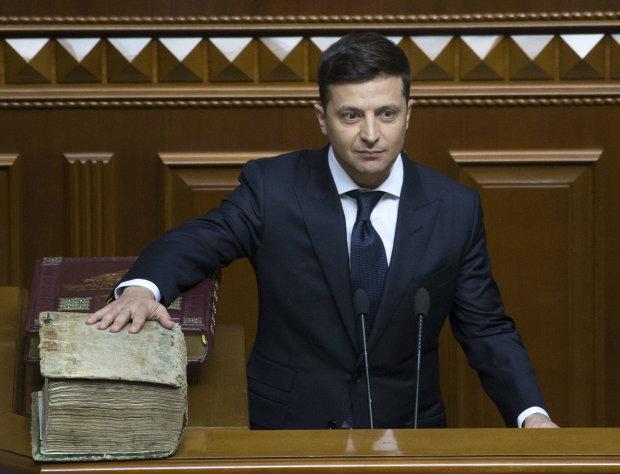 У Зеленского собрались менять Конституцию: чего ожидать украинцам