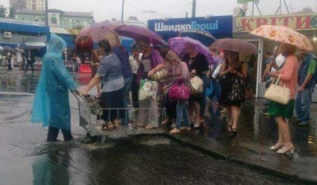 У Києві перехожі переїжджають калюжі на візку