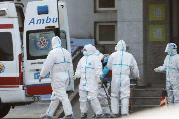Привид коронавірусу бродить Україною: у Києві помітили медиків у захисних костюмах