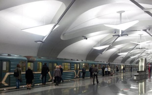 Голий чоловік прогулявся київським метро: відео