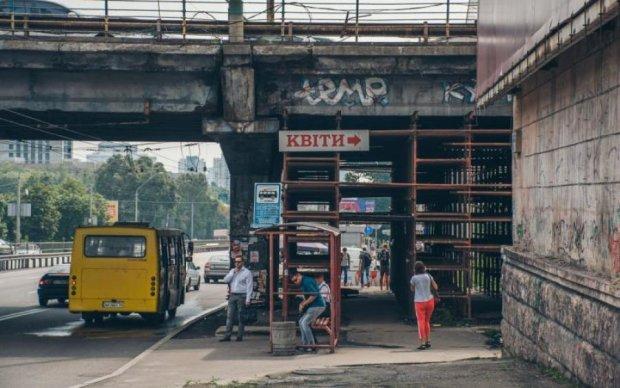 Втомлений Шулявський міст підтримала жаліслива фура: відео