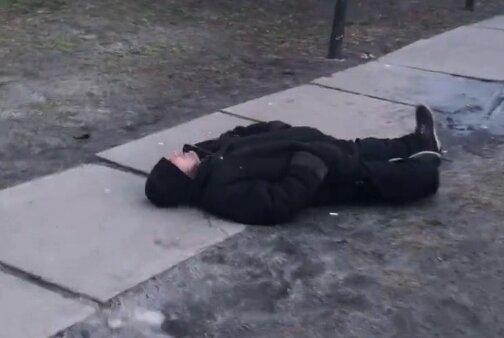"""В Киеве две школьницы """"завалили"""" бездомного и едва не закопали до смерти"""