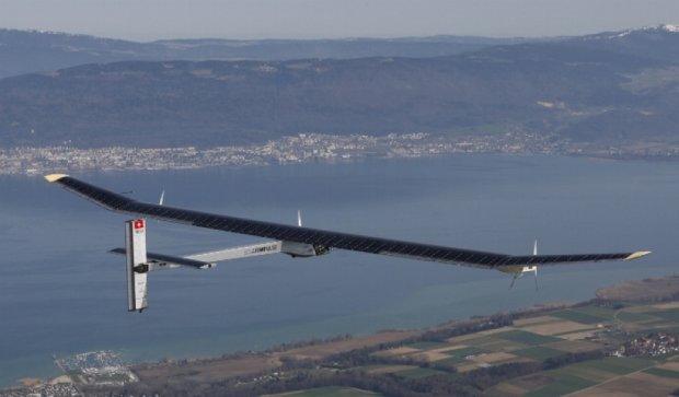 Літак на сонячних батареях полетів навколо світу