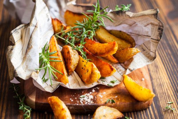 Смачна запечена картопля з рибним соусом