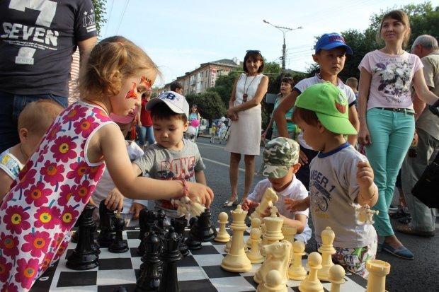 Комаровський назвав 5 причин навчити дітей грати в шахи