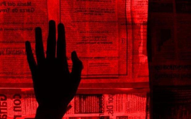 Несвобода слова: депутати під покровом ночі зашили рота українцям