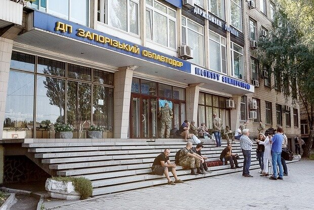 """В Запорожье взбунтовались военные, здание окружено: """"Туринок, выходи!"""""""
