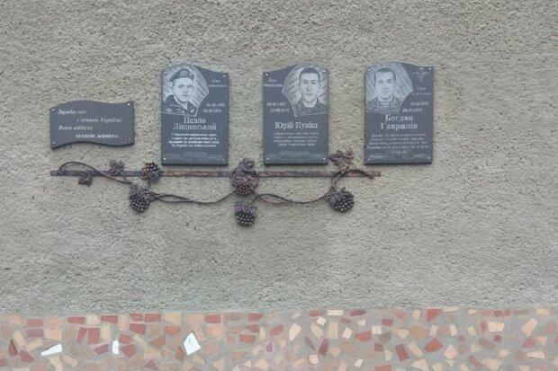 На Прикарпатті встановили меморіальну дошку загиблому герою - захищав Україну до останнього