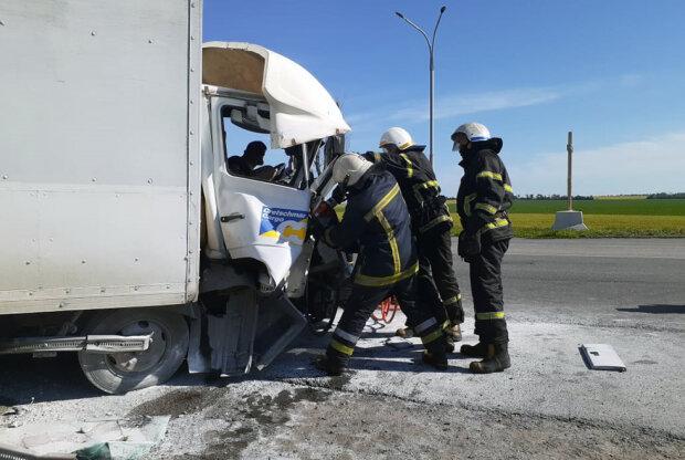 Адское ДТП под Днепром смяло грузовик в гармошку - тело несчастного вырезали из груды изувеченного металла
