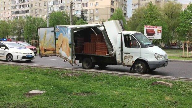 У Києві фургон з хлібом розчавив жінку, мокрого місця не залишилося: відео не для слабкодухих
