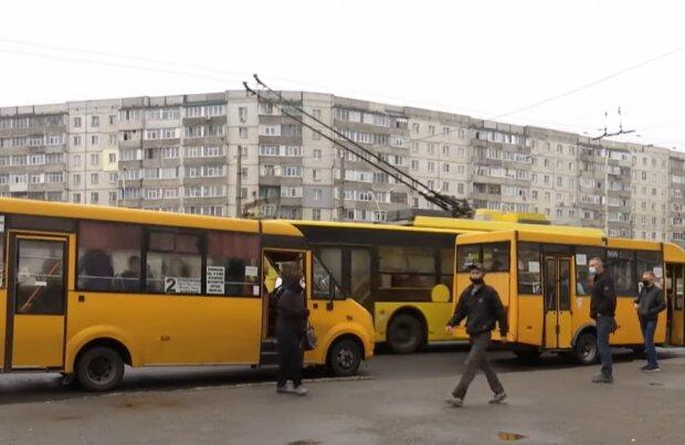 Громадський транспорт, кадр з відео